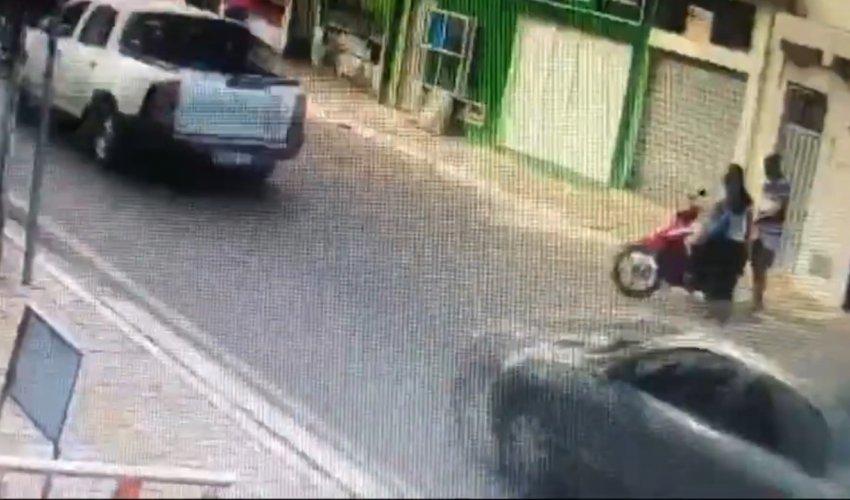 [Mulher tem moto roubada ao chegar ao trabalho no centro de Camaçari]