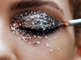 [Cílios de LED, glitter, spray, espuma: saiba como proteger os olhos]
