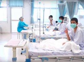 [Hospital divulga imagens de garotos resgatados de caverna na Tailândia]