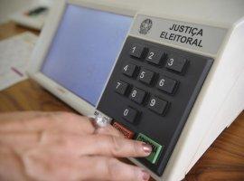 [Justiça Eleitoral tem até hoje para analisar registros dos candidatos]