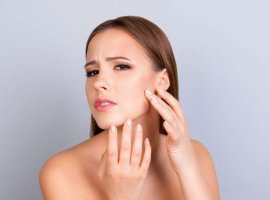 [8 hábitos que pioram a oleosidade da pele dia após dia]