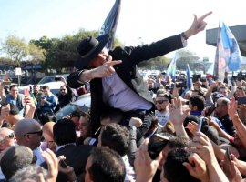 [Bolsonaro lamenta agressões, mas diz não controlar apoiadores]