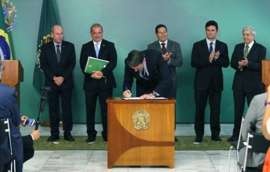 [Decreto assinado por Bolsonaro permite até quatro armas por cidadão]