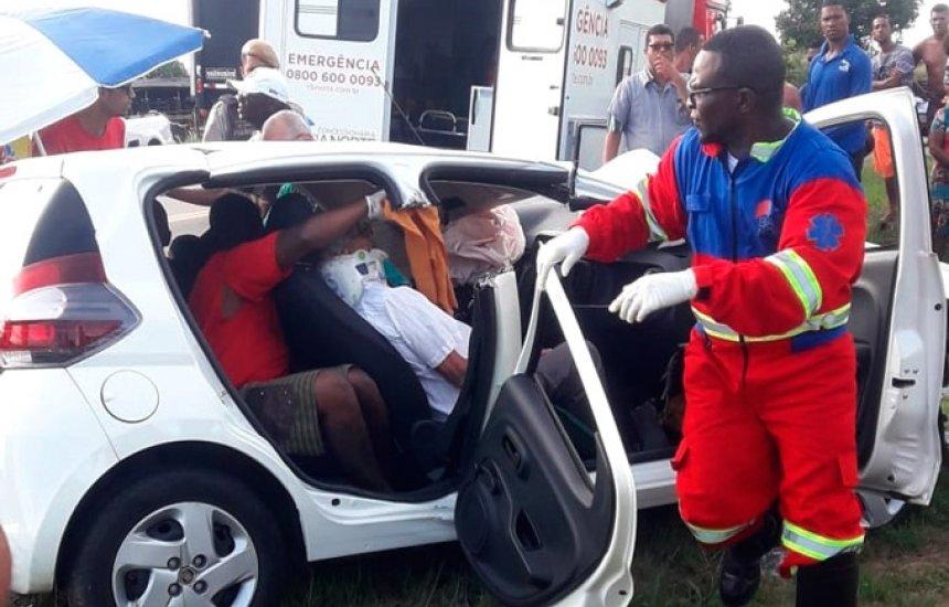 [Mulher morre e sogro fica ferido em colisão com carreta na BA-093]
