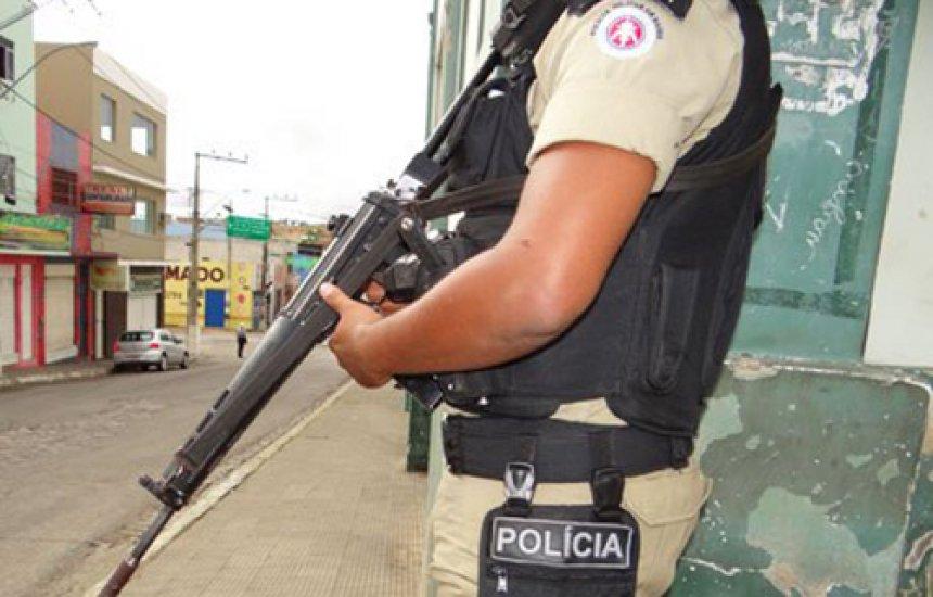 Homem é baleado nos testículos em ponto de ônibus na Baixa do Fiscal
