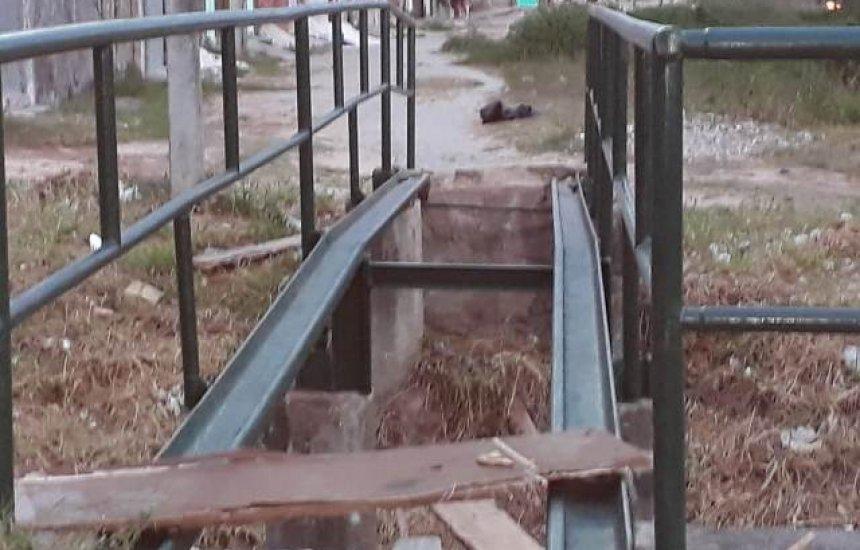[Leitor cobra piso de ponte que liga bairros de Camaçari]