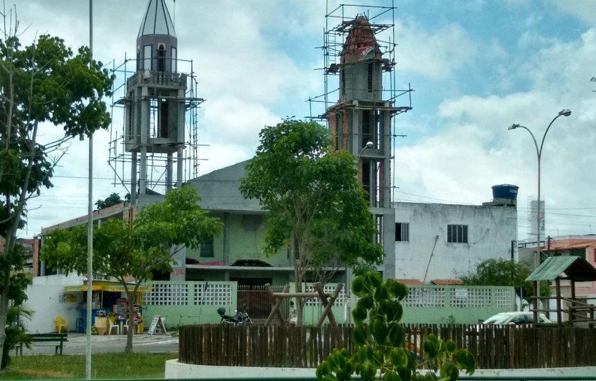 [Registrando em fotos as obras da Igreja Católica da Gleba A]