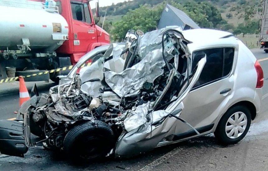 [Acidente entre carro e carreta deixa duas pessoas mortas na BR-110]