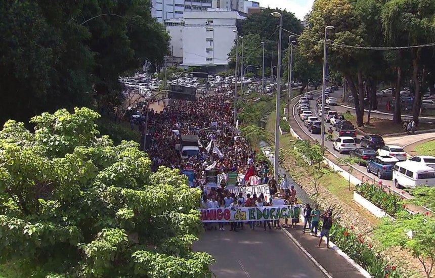 [Grupo realiza passeata e protesta em Salvador contra cortes de verbas da UFBA]