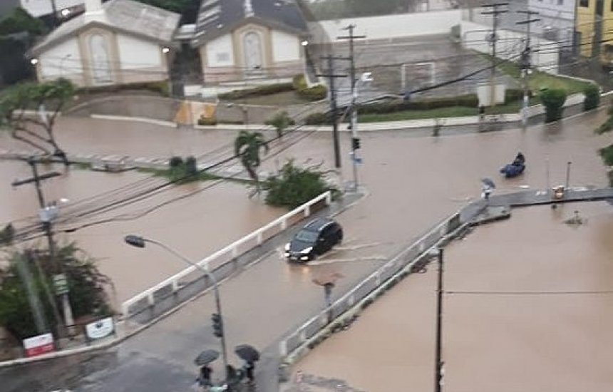 [Chuva em Lauro de Freitas tem moradores resgatados de jipe e até de barco]