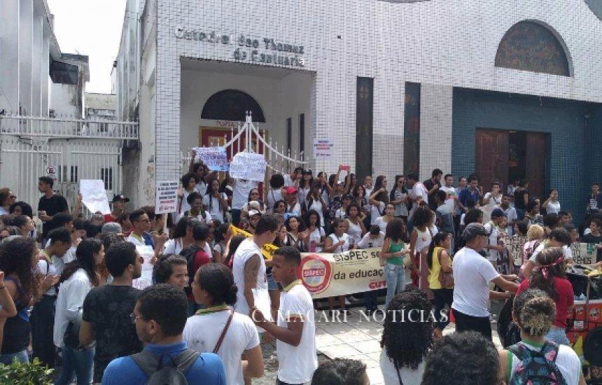 [Movimento estudantil realiza protesto contra bloqueio de recursos em Camaçari]