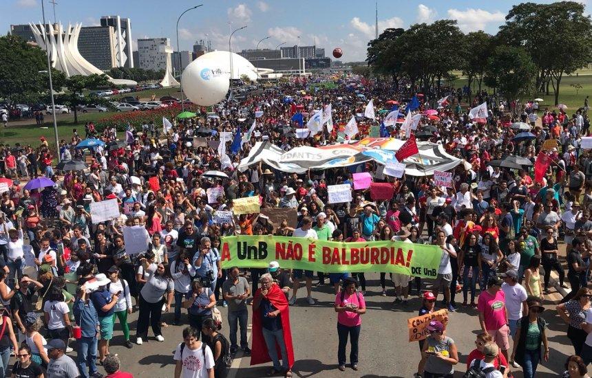 [161 cidades do Brasil têm protesto contra cortes na educação]
