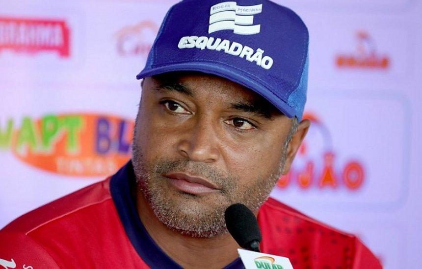 [Roger Machado explica Bahia com três volantes: 'Controlar o meio']