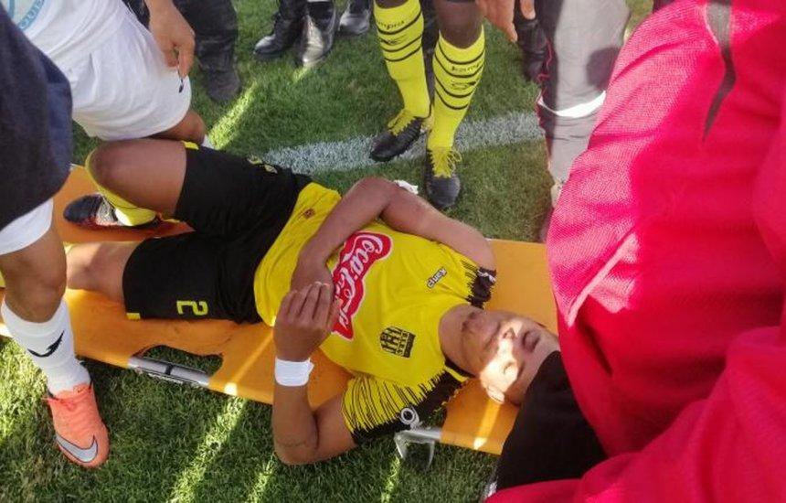 [Vídeo: Ex-lateral do Bahia leva pedrada da torcida e jogo é suspenso]