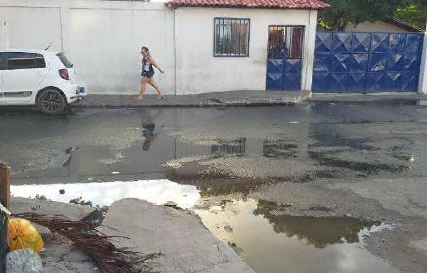 [Camaçari: estudantes denunciam vazamento de esgoto na frente da escola]