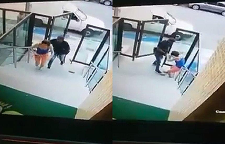 [Mulher reage a assalto e é agredida por homem armado em prédio; assista]
