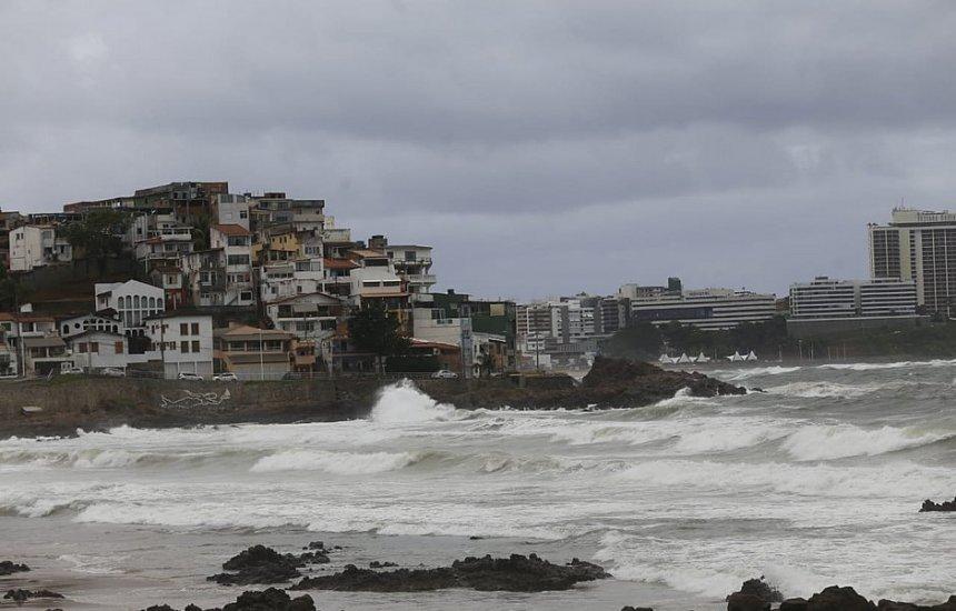 [Frente fria vinda do Sul provocou chuva em Salvador; chuva cai até terça (11)]