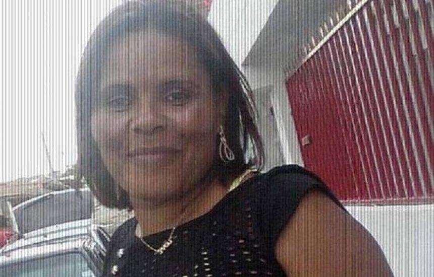 [Mulher morre e filho fica ferido após serem atacados a tiros na porta de casa]