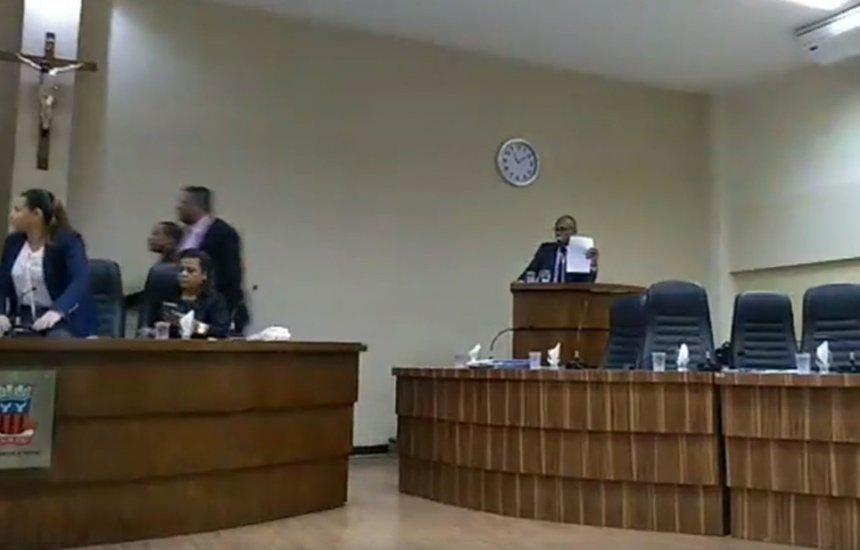 [Câmara tem sessão suspensa após briga entre vereador e funcionário]