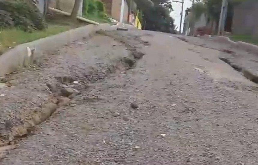 [Moradora mostra rua cheia de buracos depois de chuva em Monte Gordo]