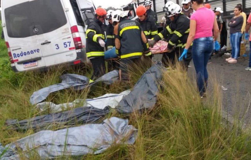 [Acidente entre carreta e van deixa oito vítimas mortas entre Feira e São Gonçalo]