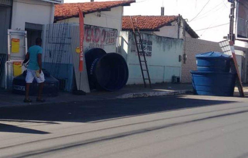 [Loja de material de construção usa passeio público como depósito]