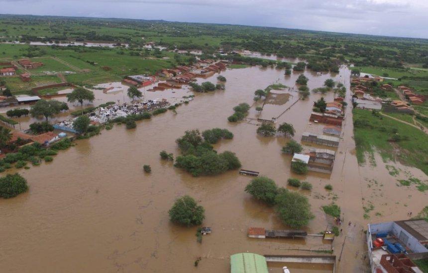 [Cerca de 100 famílias estão desalojadas após água de barragem invadir cidades]
