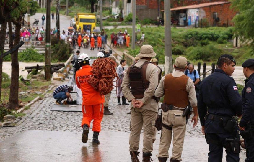[Corpo de Bombeiros resgata moradores vítimas de enchente na Bahia]