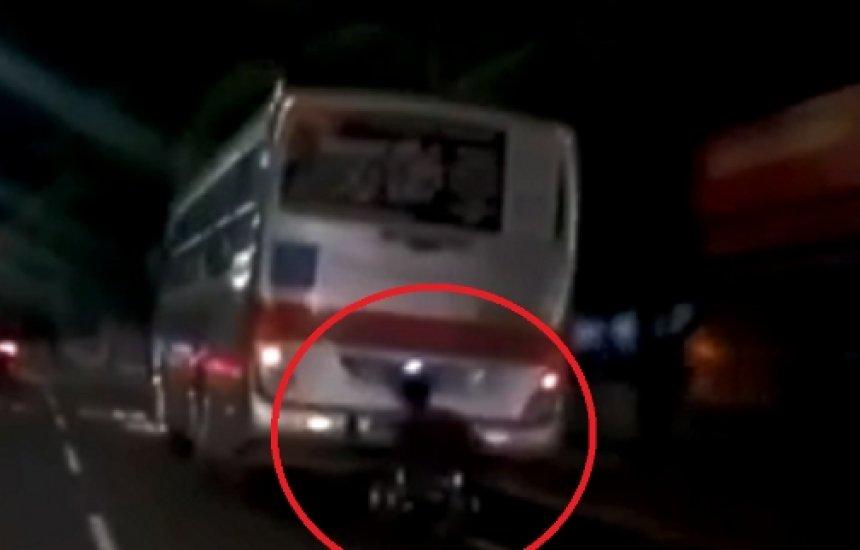 """Cadeirante cai em avenida após """"pegar ponga"""" em traseira de ônibus; assista"""