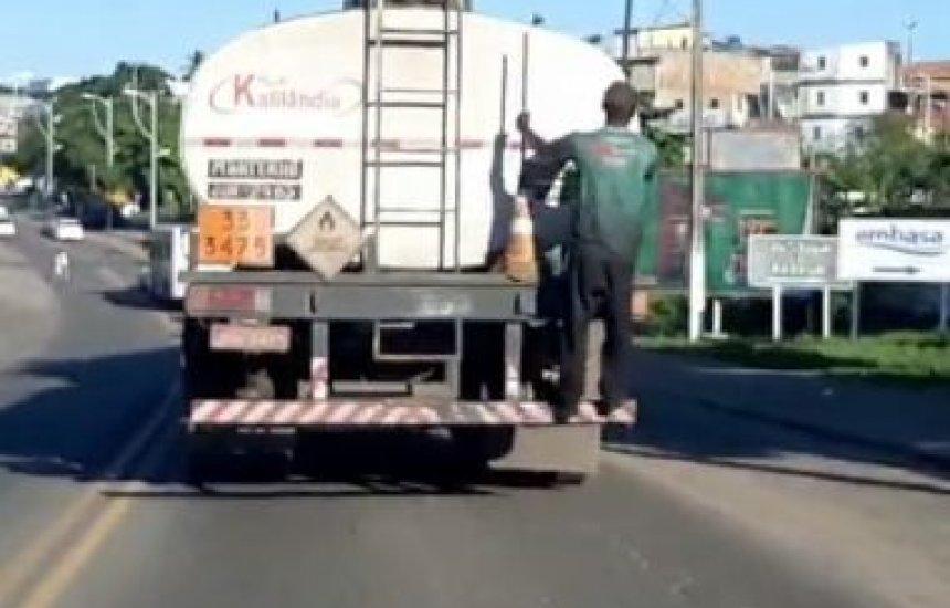 Vídeo mostra homem 'pongando' em caminhão para furtar combustível