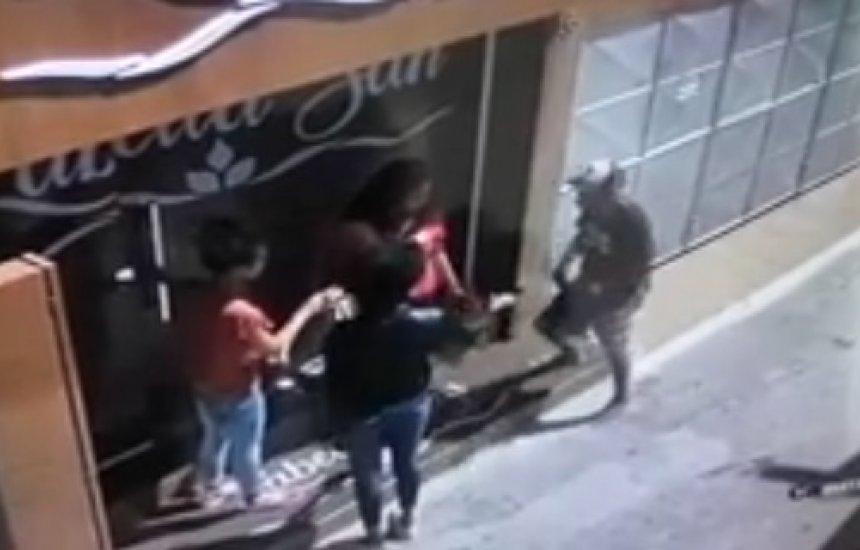 [Câmera flagra assalto em Camaçari em plena luz do dia]