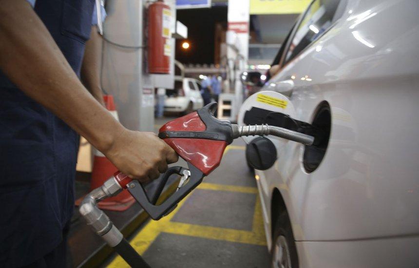[Petrobras baixa gasolina em R$ 0,03 e diesel em R$ 0,04]