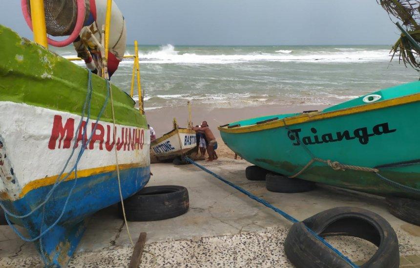 Fortes ventos emborcam barcos em praia de Camaçari