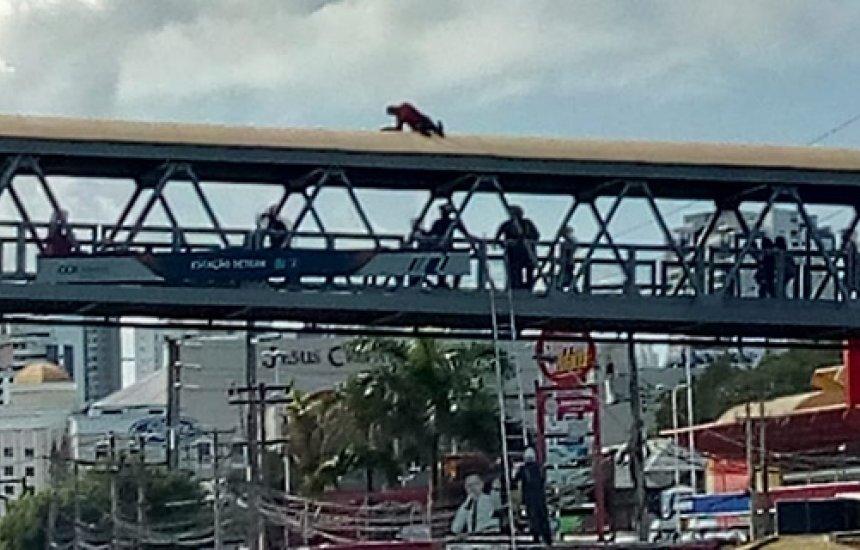 [Homem tenta se jogar de passarela de Salvador e é salvo por bombeiros. Vídeo!]