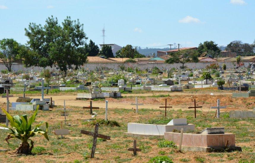 [Superlotado, cemitério tem enterros em área de passagem de carros]