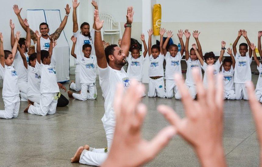 [Capoeira e poesia mobilizam jovens de projeto social em Camaçari]