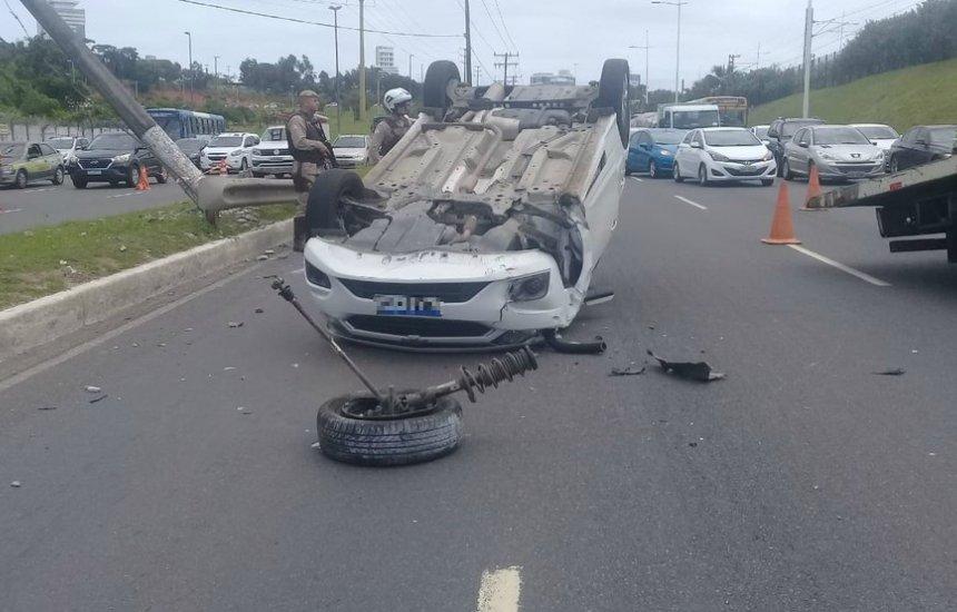 Mulher fica ferida após carro que ela dirigia bater em poste e capotar