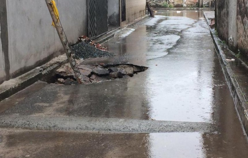 [Buraco em rua da Nova Vitória causa preocupação a moradores]