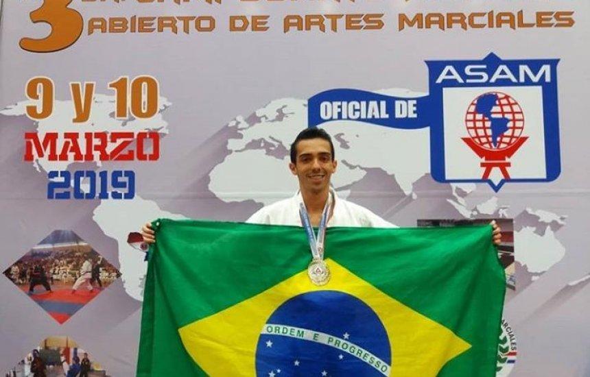 [Morador de Camaçari vence competição de Karatê no Paraguai e recebe linda homenagem]