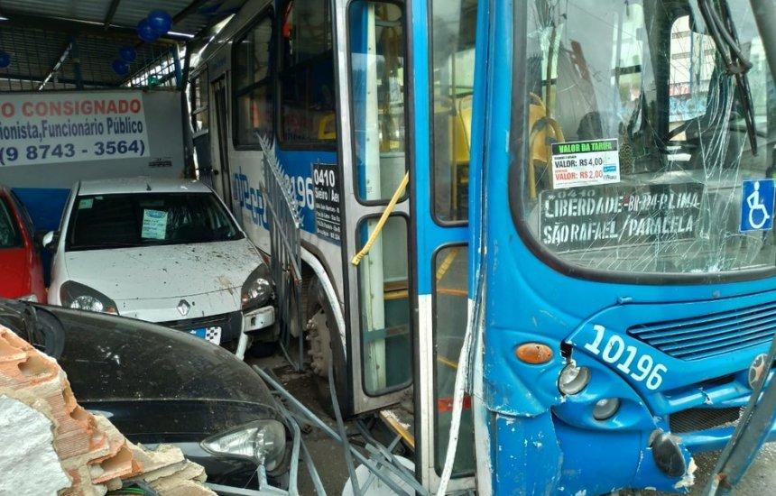 [Ônibus bate em poste e fachada de loja após motorista passar mal em Salvador]