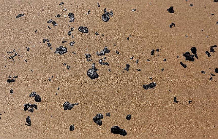 [Voluntários retiram grandes resíduos de óleo, mas poluição persistirá por anos]