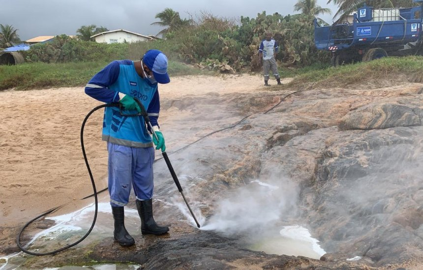 [Prefeitura usa novas técnicas na limpeza de manchas de óleo das praias]