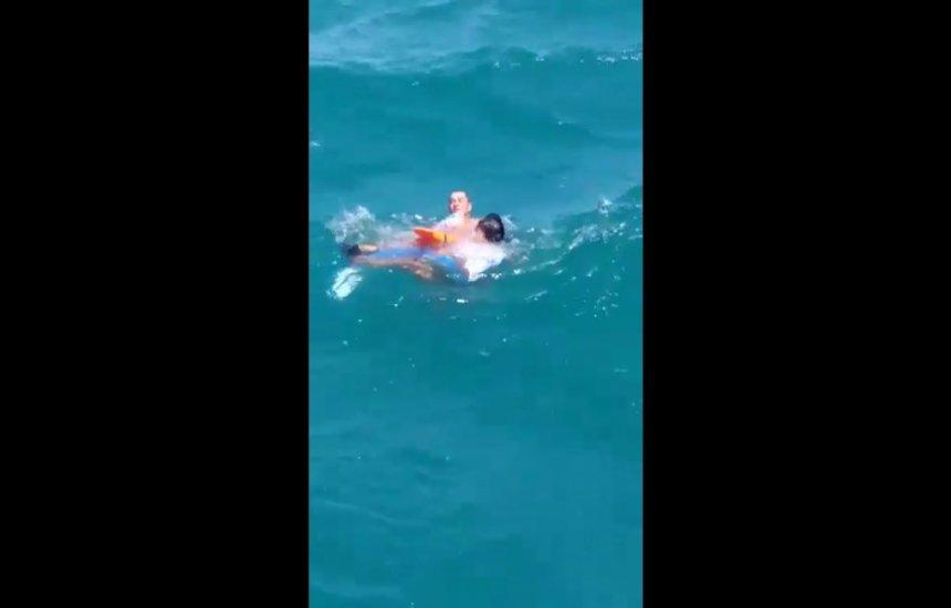 VÍDEO: Casal é resgatado por escuna após lancha afundar na Baía de Todos-os-Santos