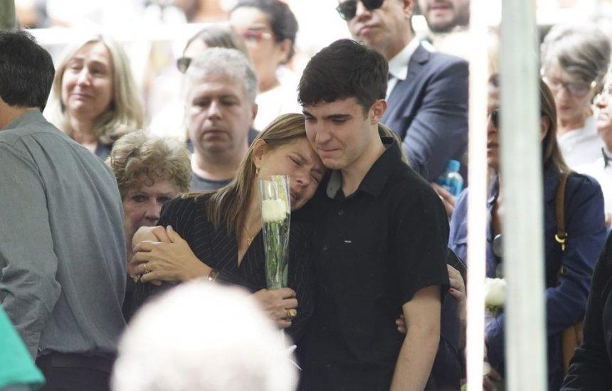 [Corpo do apresentador Gugu é enterrado em São Paulo]