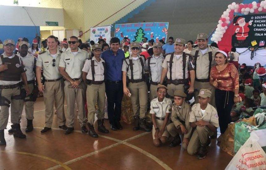 [Soldado Noel antecipa presentes para crianças de Dias D'Ávila]
