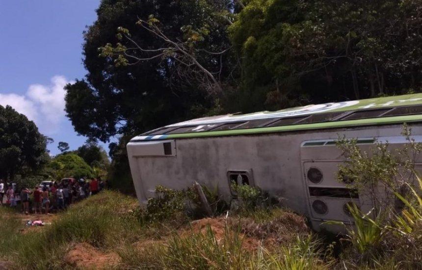[Ônibus tomba em rodovia no sul da Bahia e deixa ao menos oito pessoas feridas]