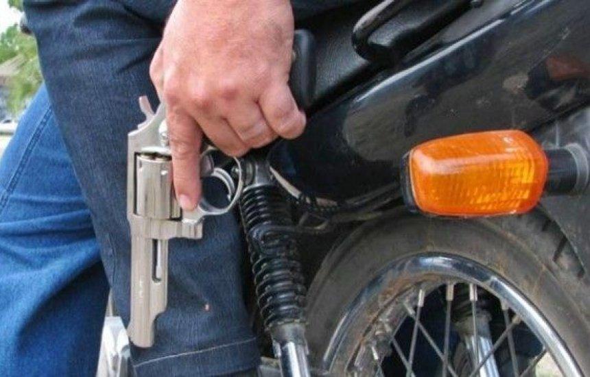 [Bandidos em uma moto praticam diversos assaltos em bairros de Camaçari]
