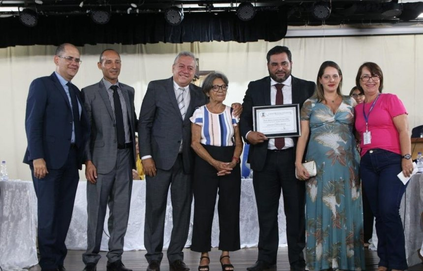 [Vereador Jorge Curvelo entrega Título de Cidadão Camaçariense ao presidente da OAB Subseção de Camaçari]