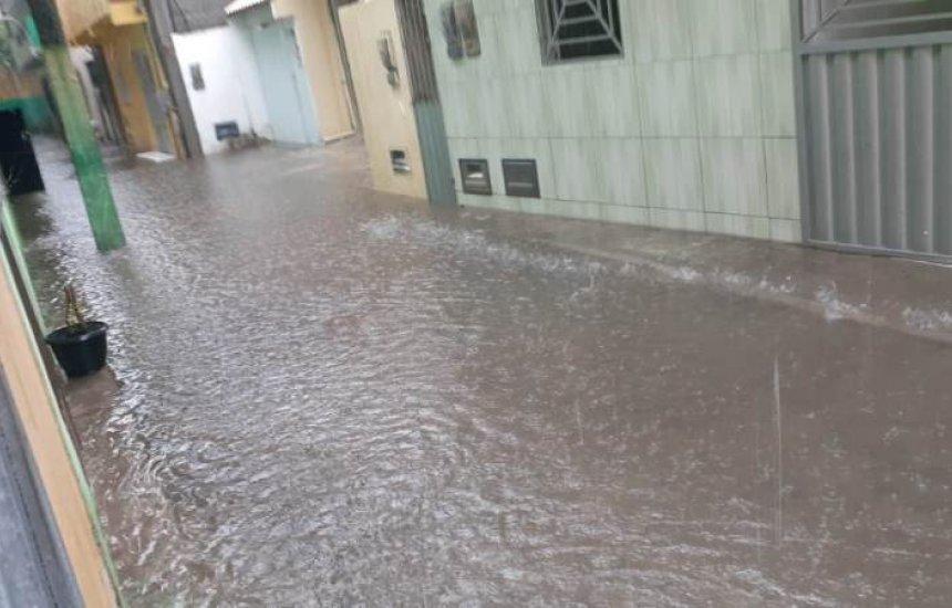 [Rua fica alagada e água invade casas no Alto da Cruz]