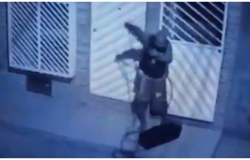 Homem escala casas para roubar em Camaçari